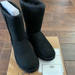 NEW NEVER WORN Classic Short Uggs - black